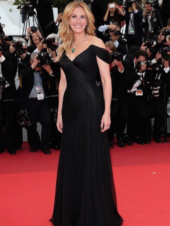 جوليا روبرتس في فستان أسود من ارماني