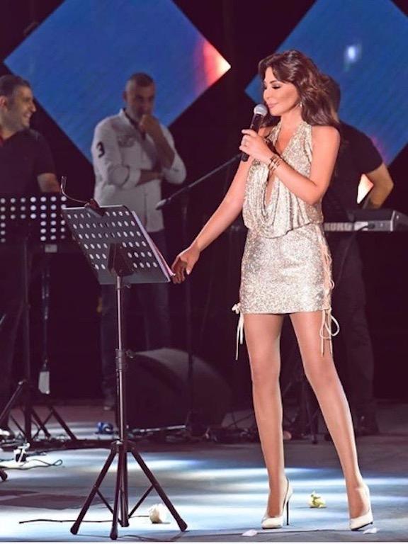 فستان قصير براق من لابورجوازي اختارته إليسا على المسرح