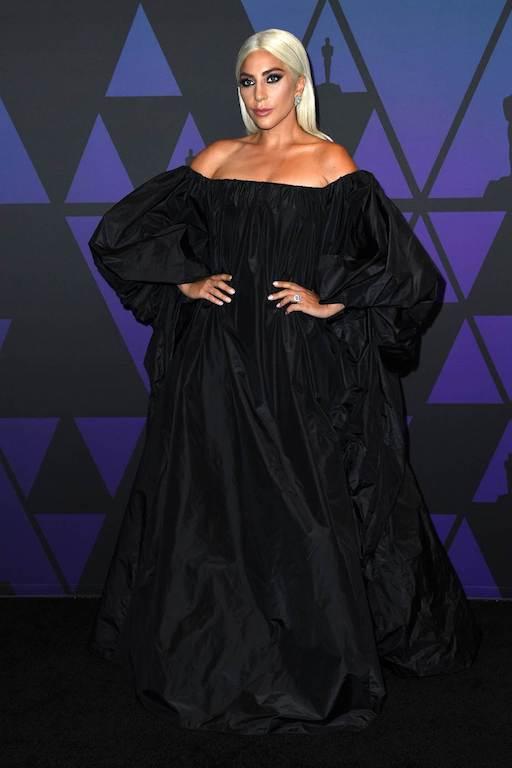 الليدي غاغا في فستان أسود من فالنتنيو