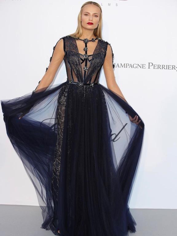 ناتاشا بولي في فستان من فيرساتشي