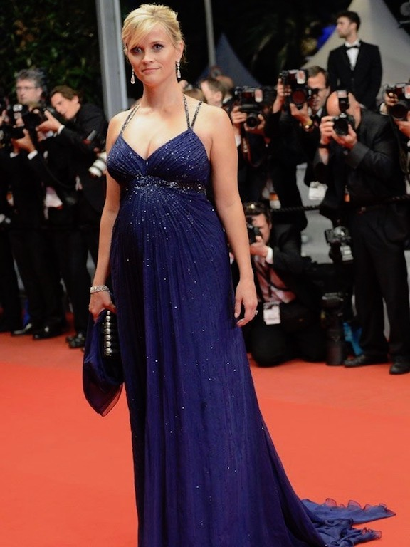 ريز ويزرسبون في فستان حمل أزرق