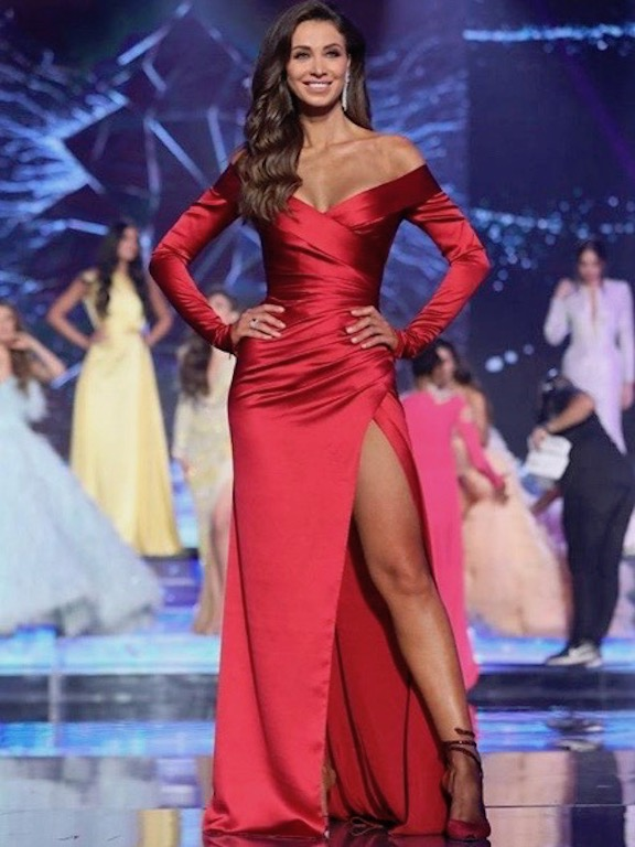 أنابيلا هلال في فستان حرير باللون الأحمر