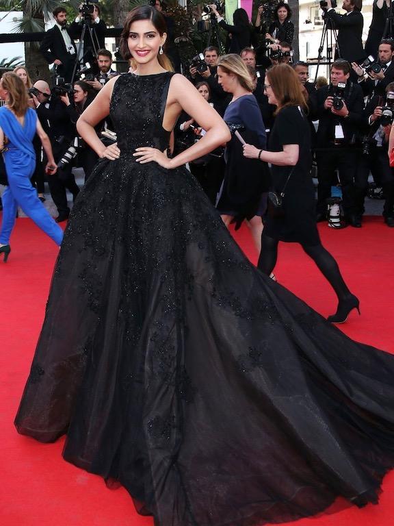 سونام كابور في فستان أسود من ايلي صعب