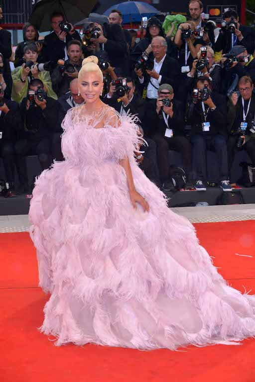 الليدي غاغا في فستان من فالنتينو