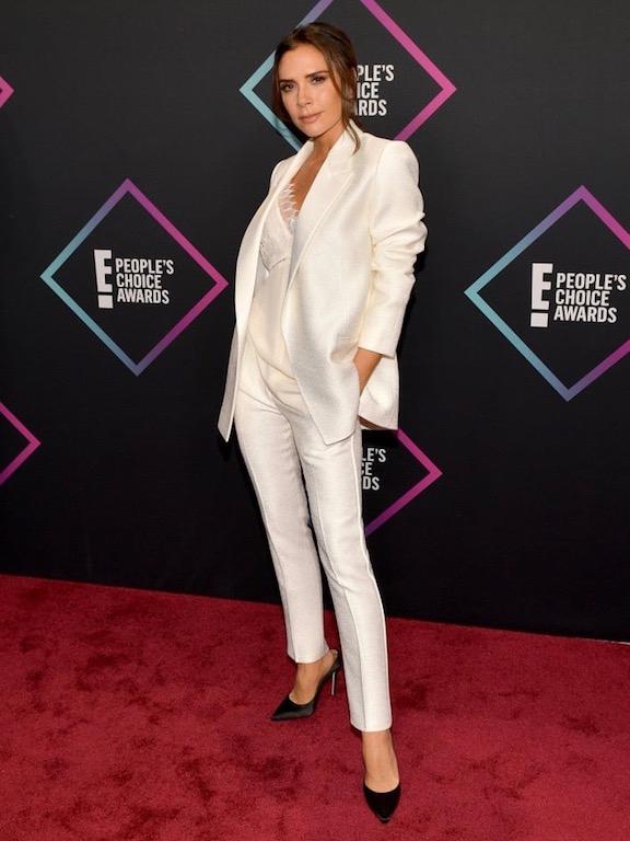 فيكتوريا بيكهام في بدلة باللون الأبيض: