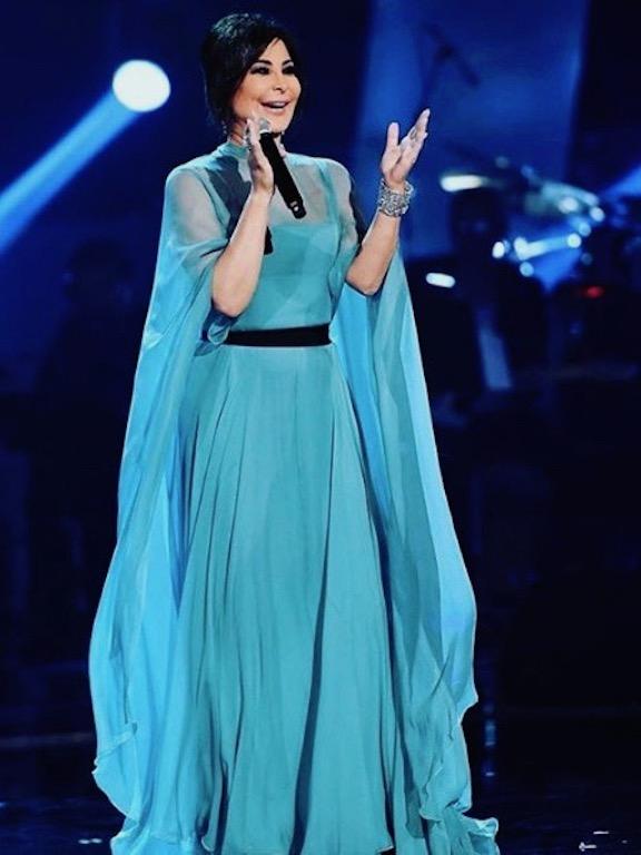 فستان سهرة باللون الأزرق تألقت به إليسا