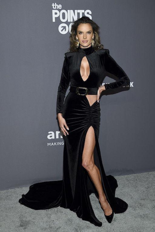 إليساندرا أمبروسيو في فستان من المخمل الأسود