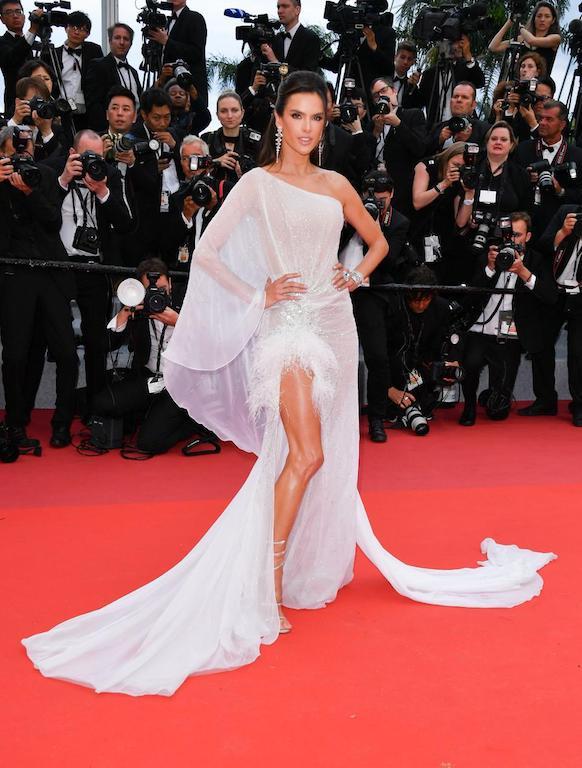 أليساندرا إمبروزيو في فستان أبيض من رالف أند روسو