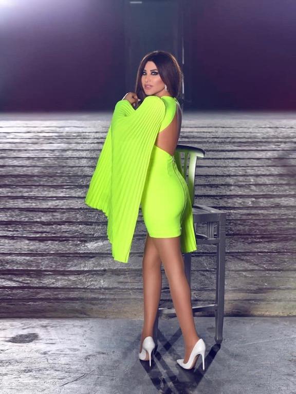 نجوى كرم في فستان قصير باللون الفوسفوري
