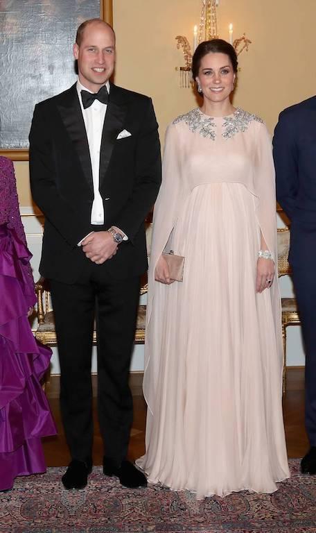 فستان سهرة ناعم تألقت به كايت ميدلتون أثناء الحمل