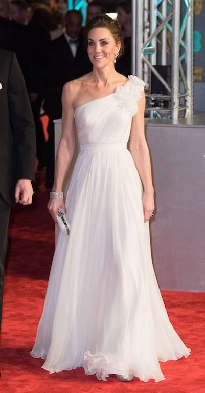 فستان سهرة أبيض من ألكسندر مكوين تألقت به دوقة كامبريدج