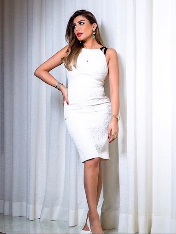 أمل العوض في فستان ميدي باللون الأبيض