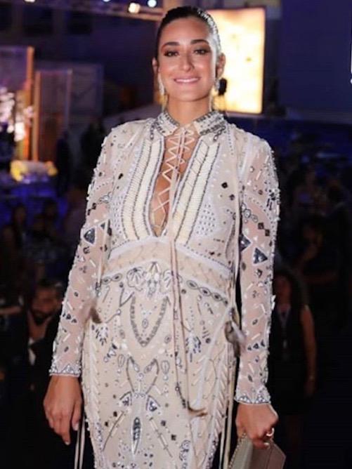أمينة خليل في فستان من روبيرتو كفالي
