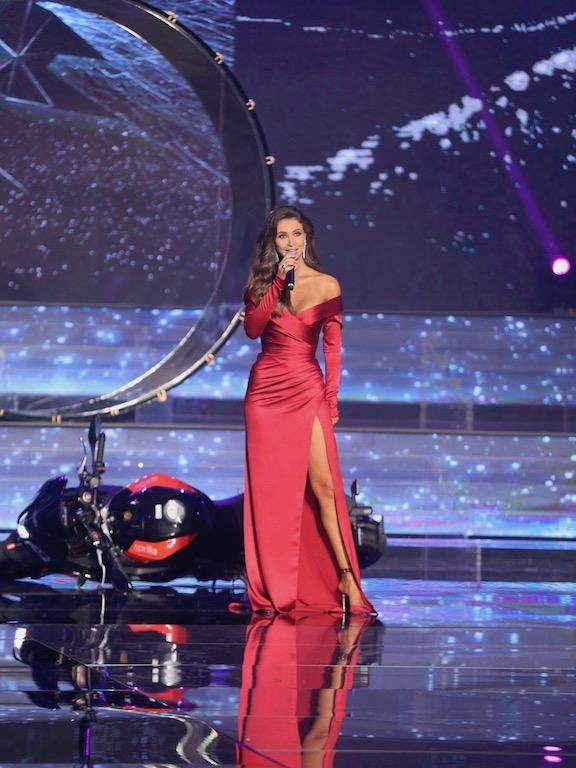 أنابيلا هلال في فستان باللون الأحمر