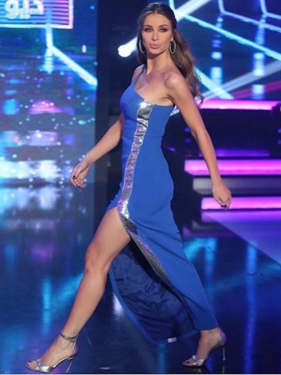 أنابيلا هلال في فستان أزرق بقصة الكتف الواحد