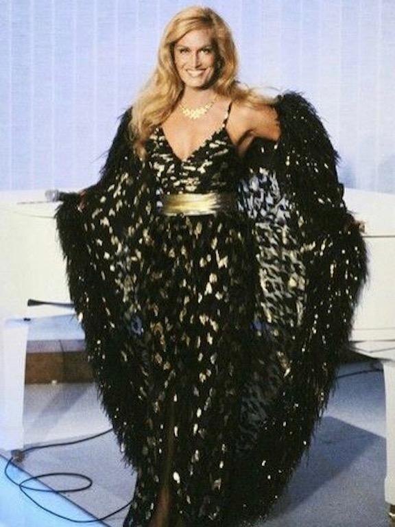 داليدا في فستان باللونين الأسود والذهبي