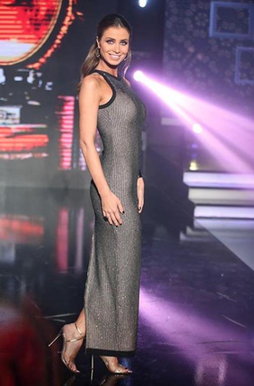 فستان ماكسي باللون الفضي تألقت به أنابيلا هلال