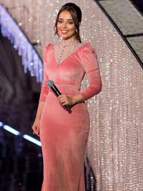 بلقيس في فستان مخمل زهري