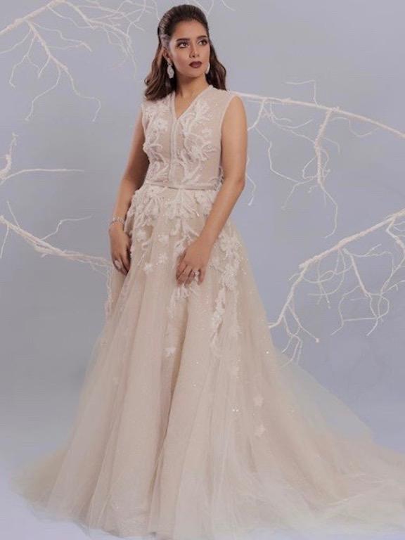 f3e428d571d0c اطلالة وفاء الكيلاني في فستان سهرة طويل باللون الأبيض ذي قصة ناعمة ومنسدلة.