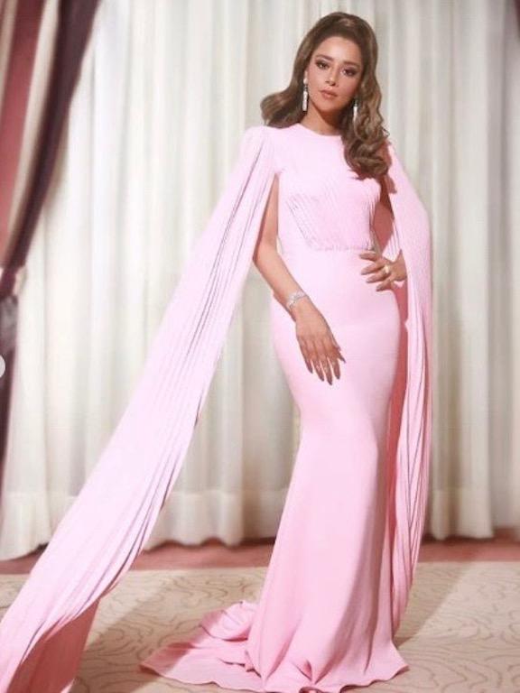 بلقيس فتحي في فستان باللون الزهري من أليكس بيري