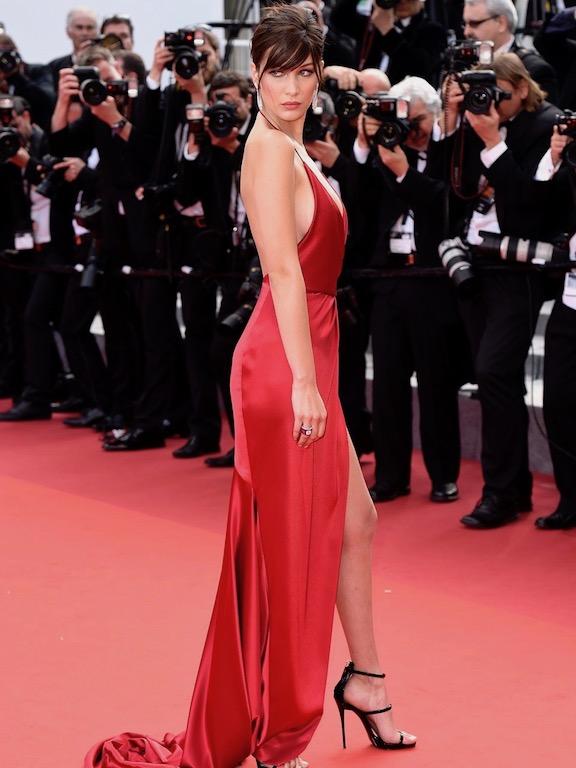 بيلا حديد فستان أحمر
