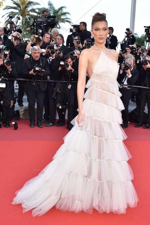 """بيلا حديد في فستان أبيض من """"ديور"""""""