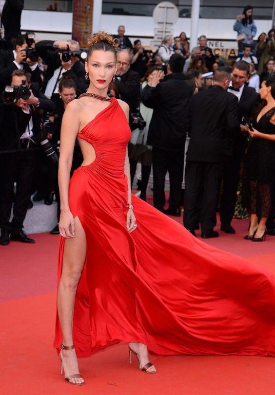 بيلا حديد في فستان أحمر من روبيرتو كافالي