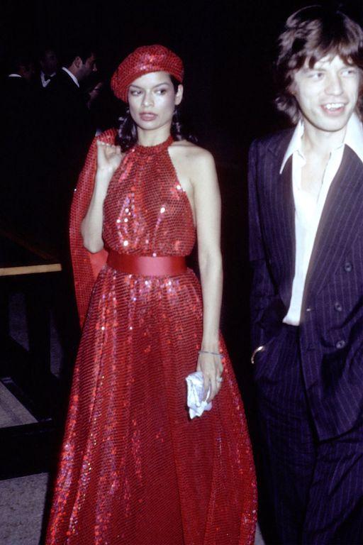 بيانكا جاغر في فستان من الترتر البراق عام 1974
