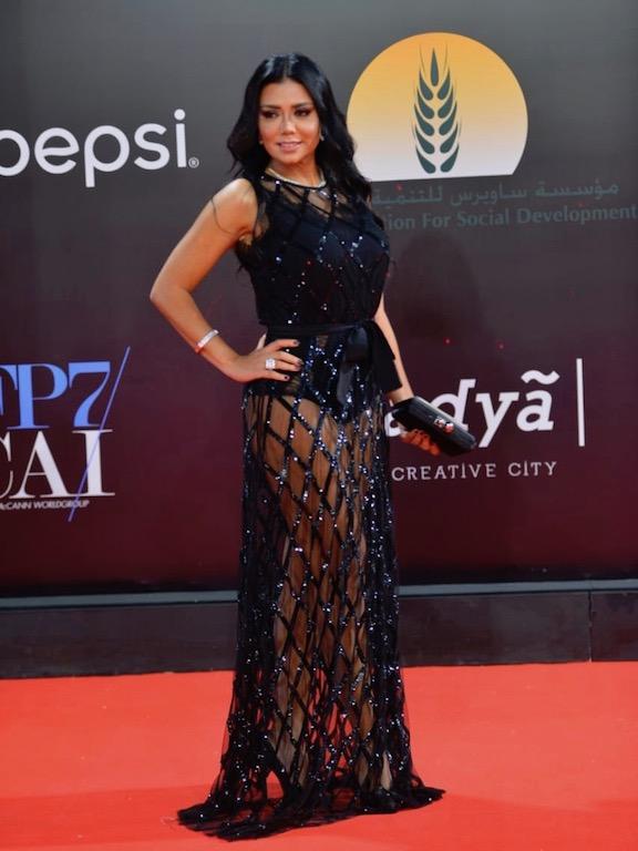 فستان من الشيفون الأسود أجرأ إطلالات رانيا يوسف