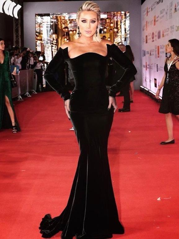 مايا دياب فستان أوف شولدرز من المخمل الأسود