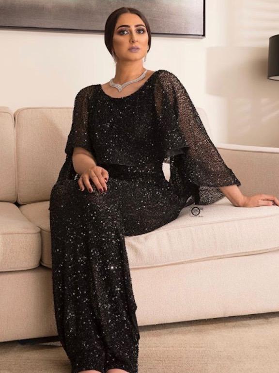 هيفاء الحسين في فستان أسود براق