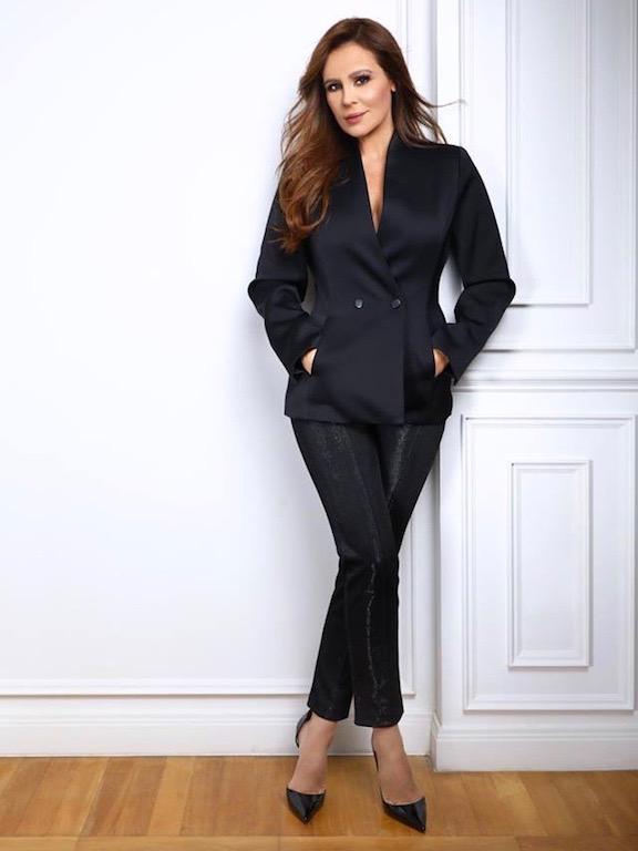 كارول سماحة في بدلة باللون الأسود
