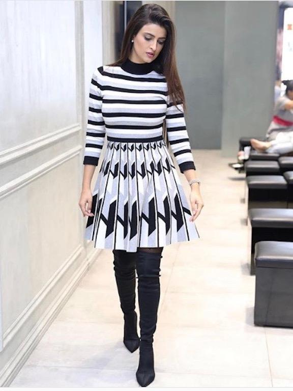 فستان مخطط باللونين الأسود والأبيض اختارته علا الفارس
