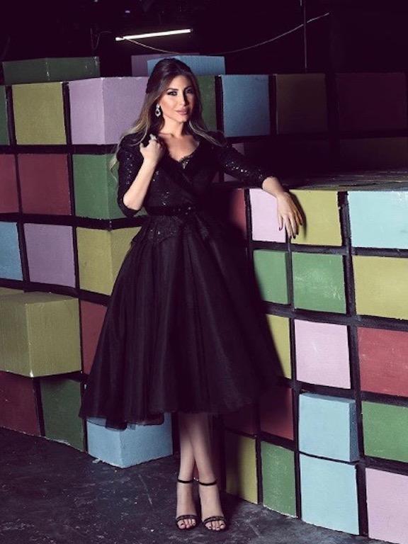 يارا في تيور باللون الأسود مستوحًى من الخمسينيات