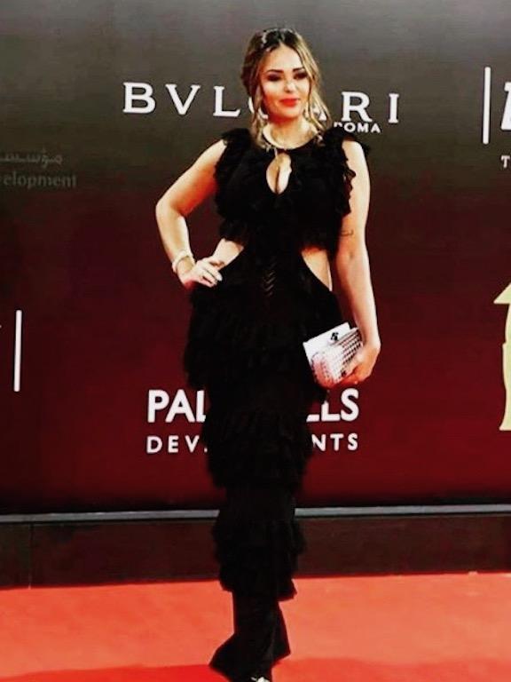 فستان أسود مزين بالكشكش اختارته داليا البحيري مؤخرًا