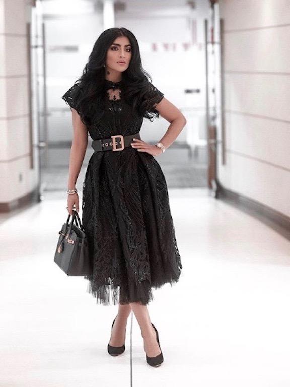 بثينة الرئيسي متألقة في فستان ميدي باللون الأسود