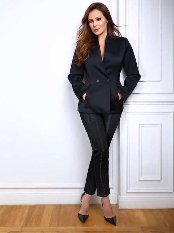 كارول سماحة في بدلة رسمية باللون الأسود