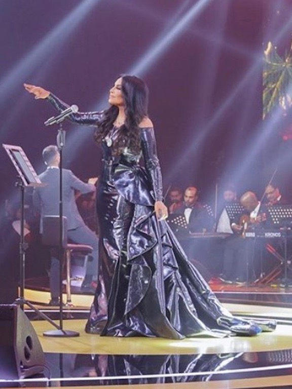 أحلام في فستان باللون الأسود من زهير مراد