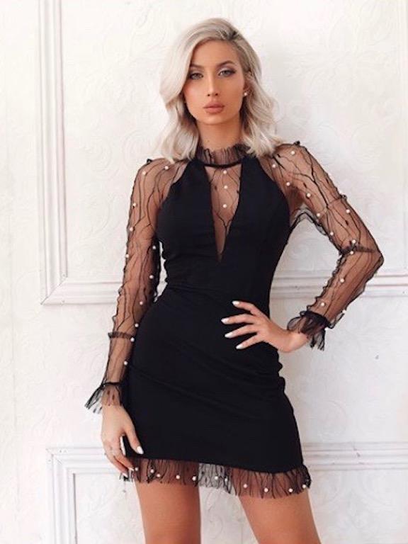 مودل روز في فستان أسود
