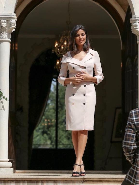 نادين نجيم في فستان ميدي باللون الأبيض