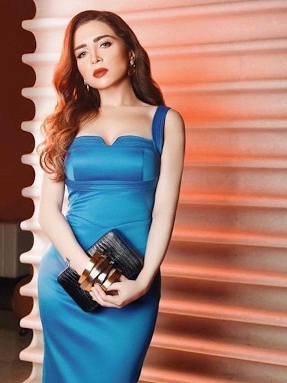 مي عز الدين في فستان باللون الأزرق