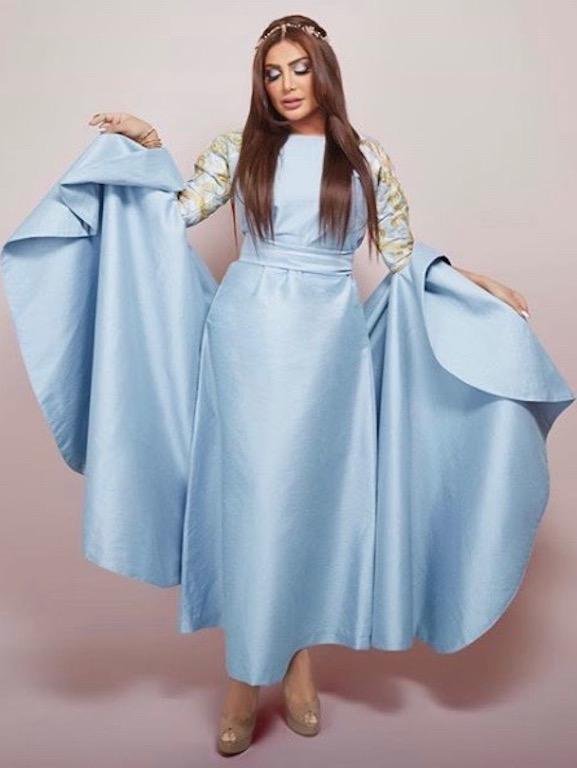 أمل العوضي في فستان أزرق