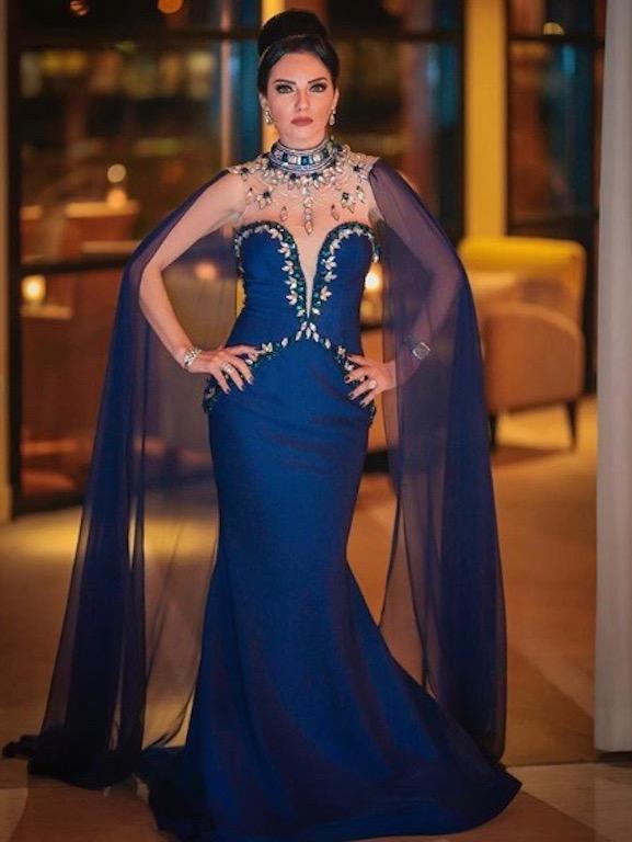 فستان سهرة باللون الأزرق اختارته صفاء سلطان