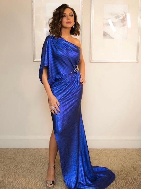 فستان سهرة بقصة الكتف الواحد تختاره أنغام