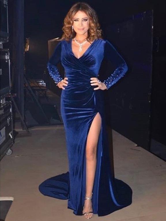 كارول سماحة في فستان من المخمل الأزرق