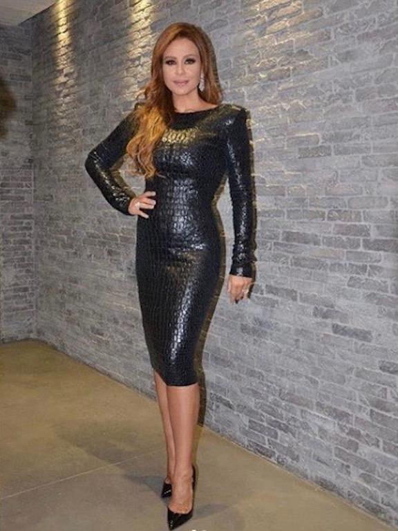 كارول سماحة في فستان ميدي من الجلد الأسود