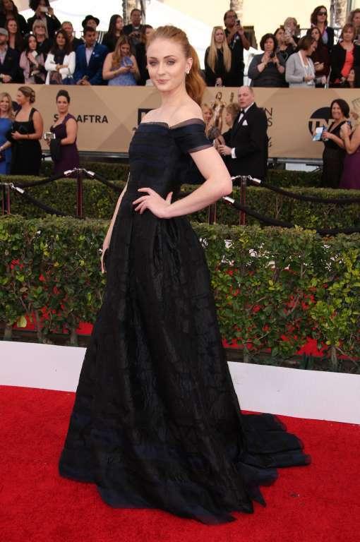 اطلالة راقية في فستان باللون الأسود تألقت بها صوفي ترنر