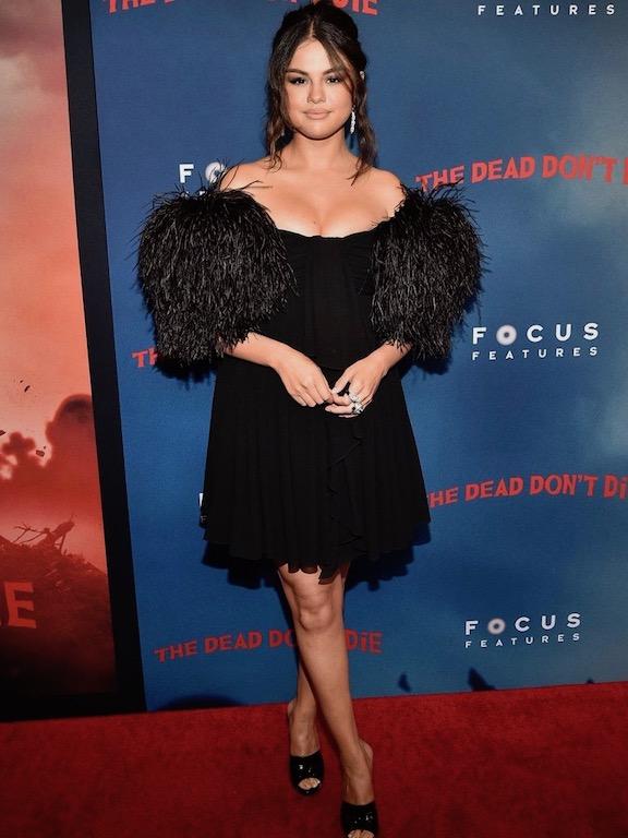 فستان مزين بالريش اختارته سيلينا غوميز