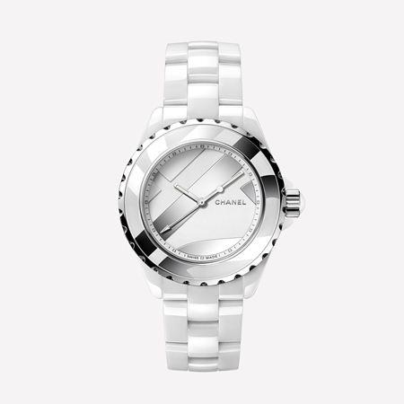 d07f10dacbb2e اختاري ساعة بيضاء مزيّن بحجر الماس لأمسيات الراقية، أو مصنوعة من الفولاذ مع  سوار من الجلد الطبيعي لإطلالة كاجوال وشبابية. كما برزت هناك بعض التصاميم  اللافتة ...