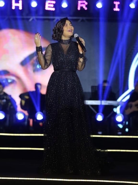 فستان أسود من الشيفون البراق خيار شيرين على المسرح